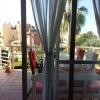 Vom Wohnzimmer geht´s auf den Balkon, mit Blick in den Garten.